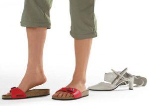 При болях в ступнях нужно носить удобную обувь
