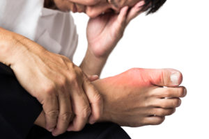 Одним из основных симптомов болезни является сильная суставная боль