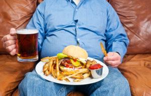 Переедание и частое злоупотребление спиртным – причины подагры