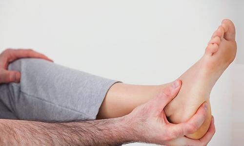 Болят пятки при ходьбе, по утрам после сна: причины и лечение