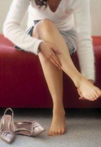 Сводит ступни ног