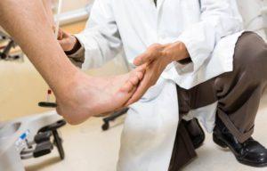 Причину симптома может определить невролог или ортопед