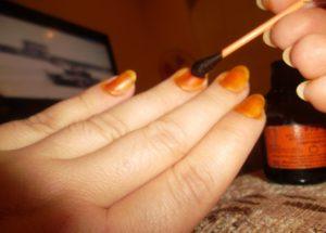 Нанесение йода на ногти