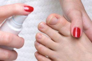 Использование спрея для ухода за пальцами ног