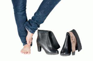 Неудобная обувь – одна из причин возникновения гигромы