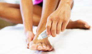 Применение мази для обработки ногтей на пальцах ног