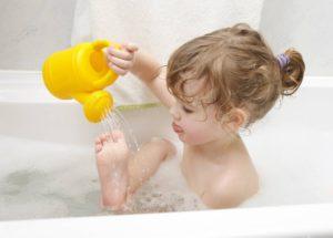 Водные процедуры для профилактики шелушения стопы у ребенка