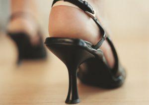 Открытая неудобная обувь