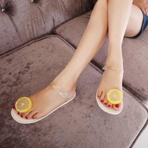 Дольки лимона на пальцах ног