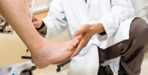 Осмотр стопы ортопедом