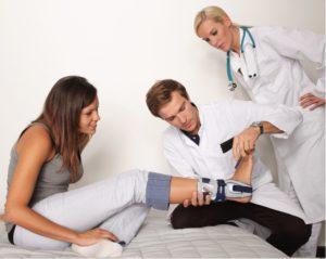 Осмотр доктором травмированной стопы