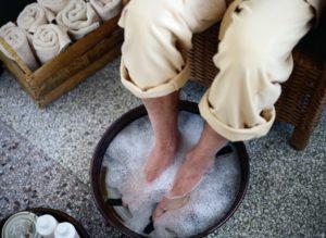 Распаривание ног в горячей воде