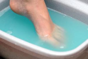 Ванночка для ног с голубой жидкостью