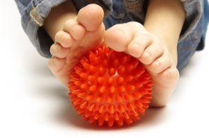 Упражнения для стоп с резиновым мячом