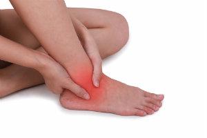После бега опухли щиколотки ног и болят: что делать и как лечить