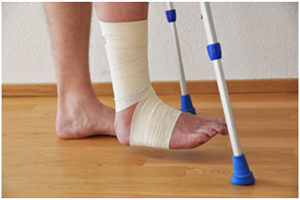Эластичный бинт и костыли для реабилитации