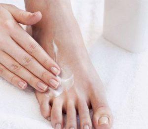 Нанесение анальгетика на ногу для снятия боли
