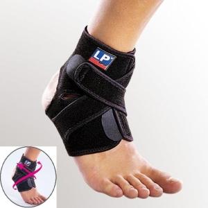 Эластичный голеностопный суппорт на ноге