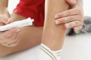 Нанесение антибактериального средства на ногу