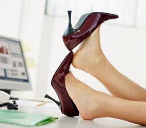 Отек ног возникает из-за ношения неудобной обуви