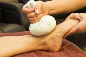 Прикладывание льда к поврежденной ноге