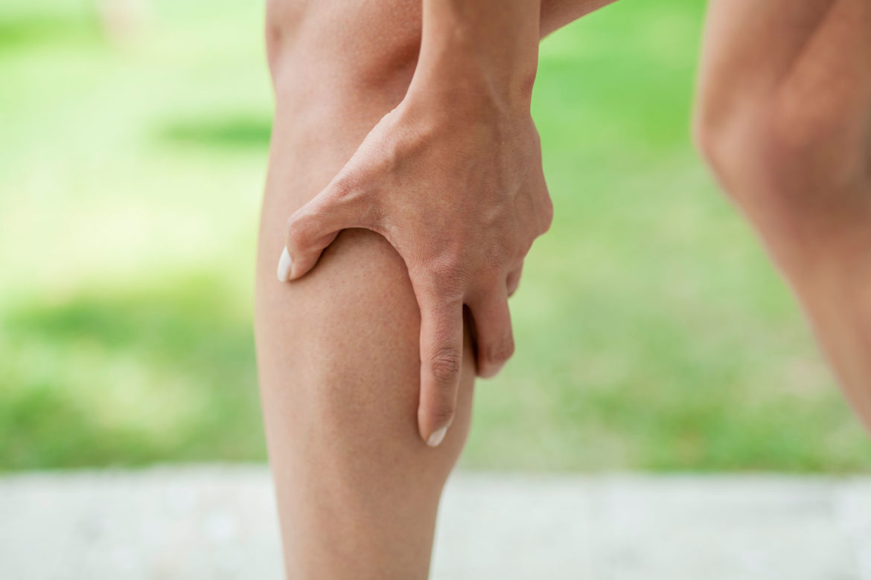 От чего сводит мышцы на икре