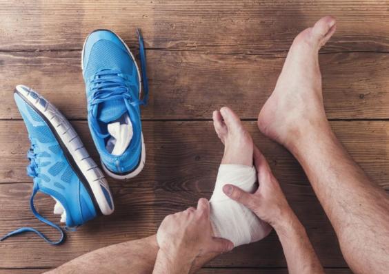 Как сделать компресс на голеностоп при растяжении и вывихе ноги