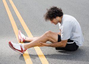 Почему болит икроножная мышца. Почему болят икроножные мышцы в состоянии покоя и при ходьбе: что делать и как лечить