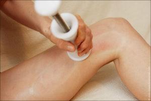 Массаж колена с помощью массажера