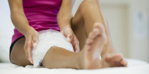 Холодный компресс на колено для уменьшения воспаления