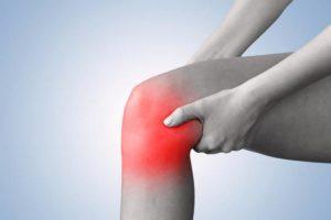 Сильная ноющая боль в области поврежденного коленного сустава
