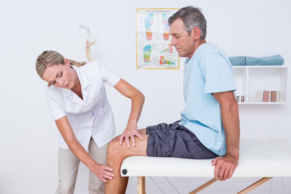 Колено опухло и болит при сгибании к какому врачу идти