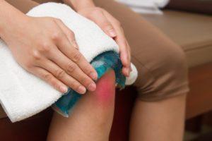 Ушиб колена: опухло, что делать, лечение в домашних условиях