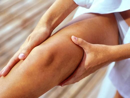 Почему дергается мышца на ноге выше колена - возможные причины