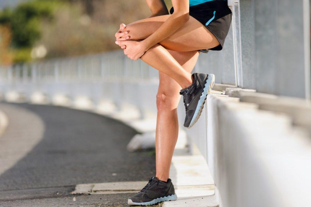 Болят мышцы ног выше колен спереди после тренировки что делать