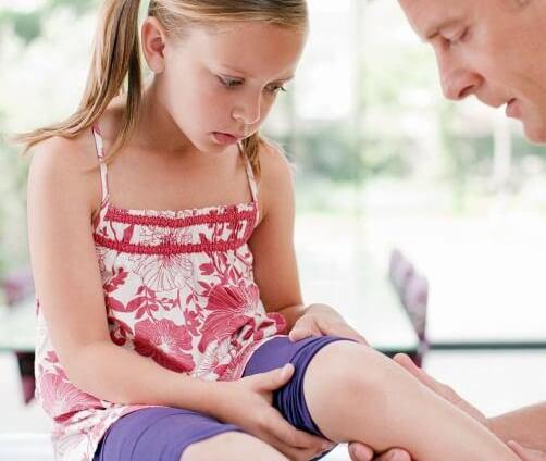 У ребенка болят колени: в чем причина и что делать при появлении симптома?