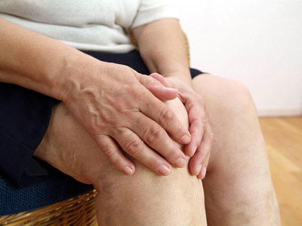 Почему ноют и крутит колени у женщин по ночам: причины и лечение