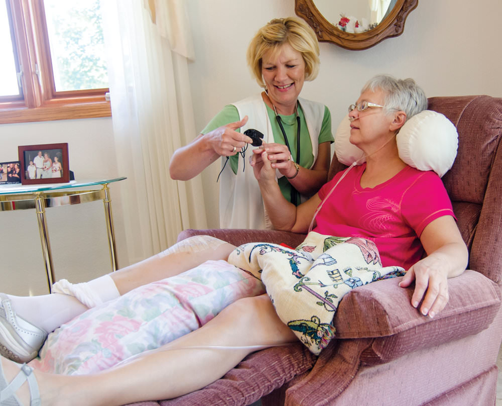 Перелом шейки бедра у пожилых людей: сроки восстановления без операции
