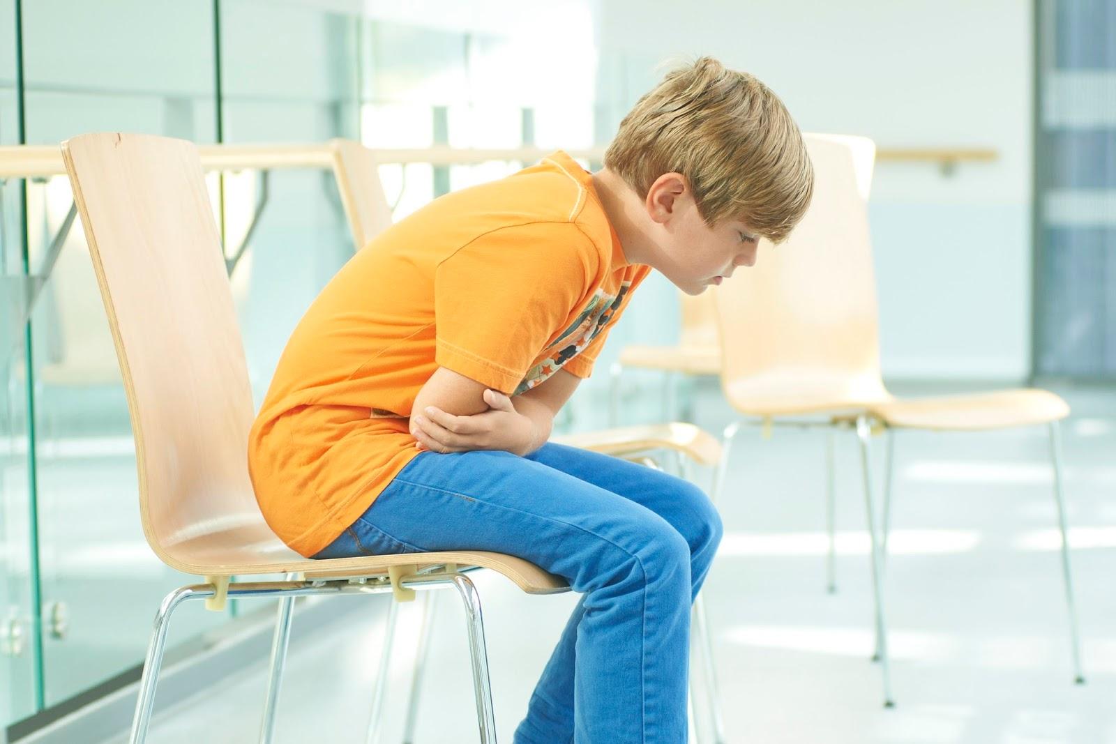 У ребенка болит живот и рвота без температуры: что делать, как помочь малышу?