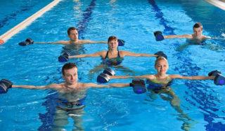 Упражнения в воде для похудения живота и боков: в бассейне и море