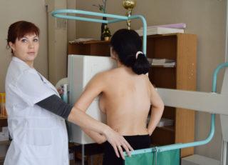 Колет под грудью справа: что находится и что может болеть