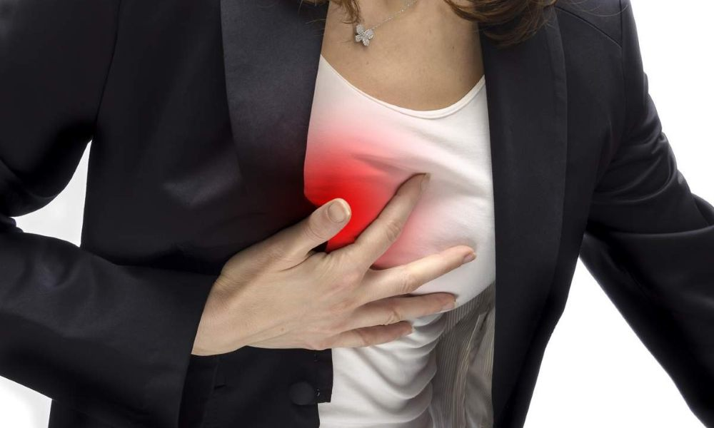 Давит между грудной клеткой