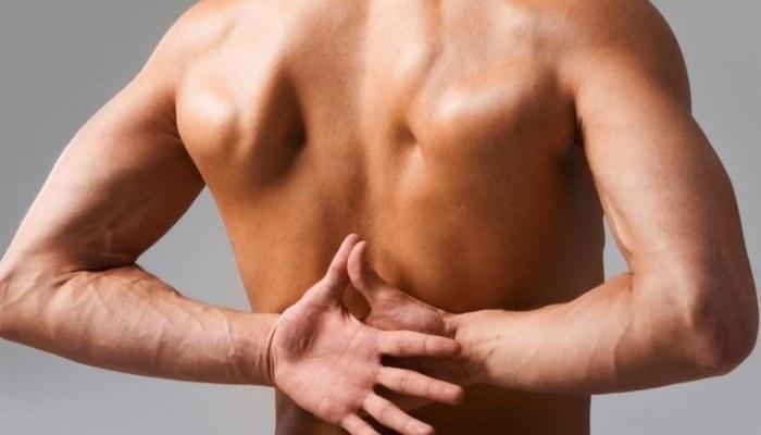 Сильная боль между лопатками отдающая в грудину