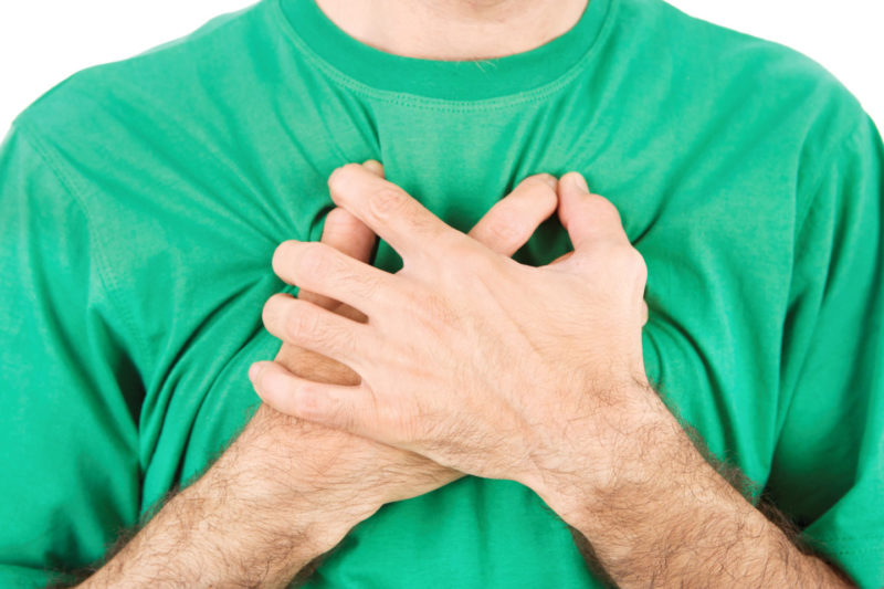 Боль в середине грудной клетки при вдохе